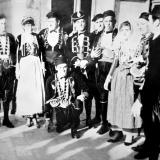 Жители города в стилизованный костюмах того времени. (Н. Демидов)