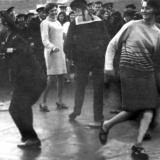 Командир корабля А.П. Ушаков танцует с местными (В. Котвицкий)